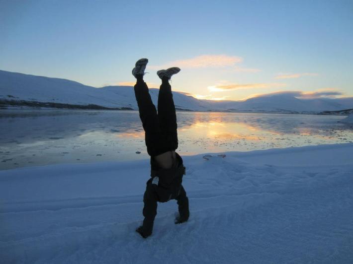 아이슬란드에서 물구나무 서기를 하며